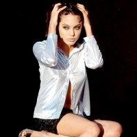 عکس خیلی خوشگل و ناز آنجلینا جولی در حالت نشسته